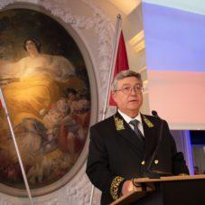 Посол РФ Сергей Гармонин держит речь